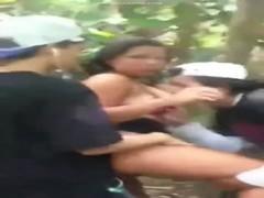 Moleques flagrados comendo uma puta no mato