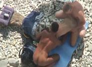 Flagra na praia do marido dividindo a esposa com amigo