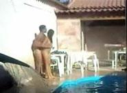 Flagrou sua vizinha novinha dando pro namorado  na beira da piscina na