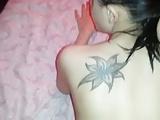 Novinha tatuada tomando pica na buceta chupando e levando gozada na cara