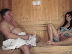 O velho tarado comendo a ninfeta na sauna