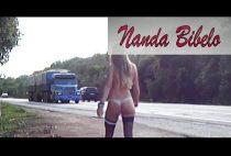 NANDA BIBELO andando nua na estrada