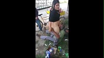 Puta mãe de família sendo chupada na rua